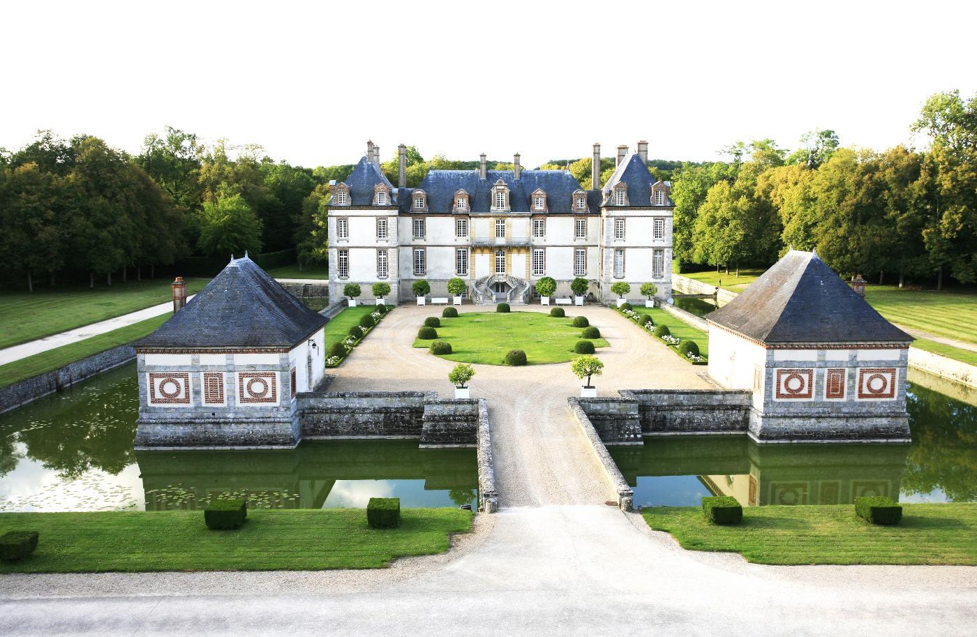 stay in a castle close to Paris